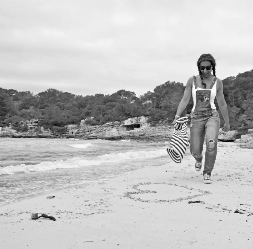 Lau andando en playa menorca