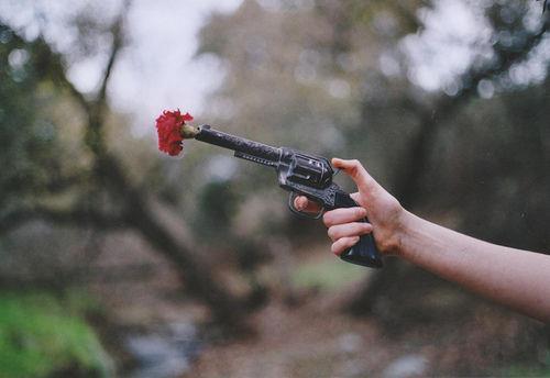 pistola con flor