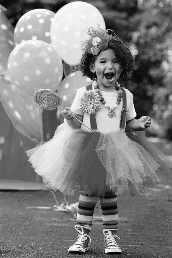 niña con globos a lunares