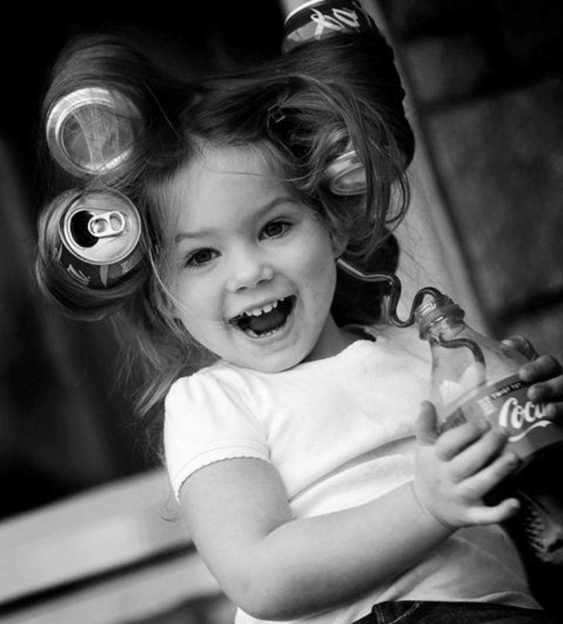niña con rulos latas