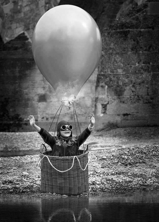 niño en globo bn