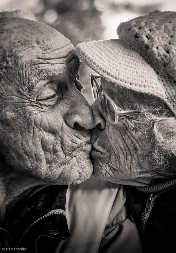 beso ancianos