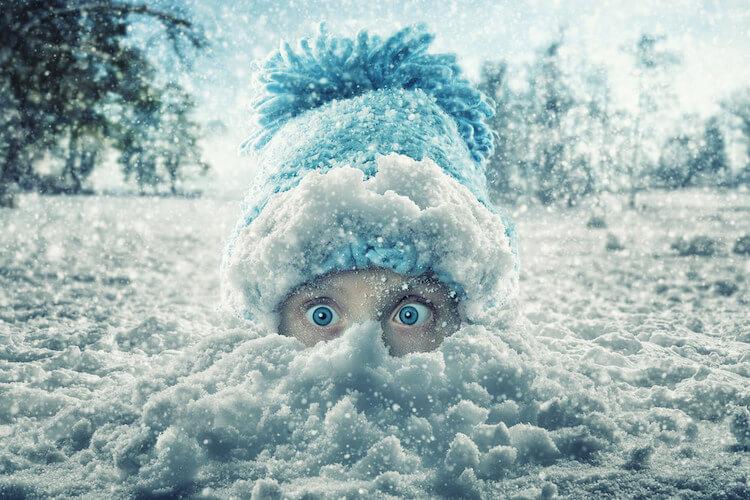 niña enterrada en nieve