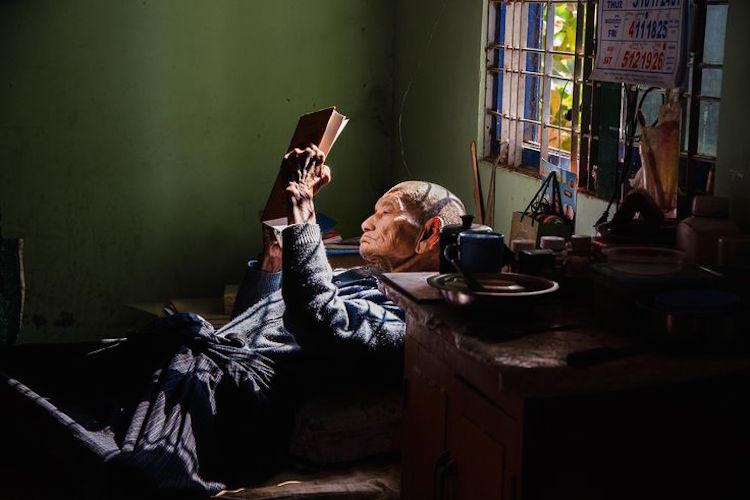 hombre leyendo dos