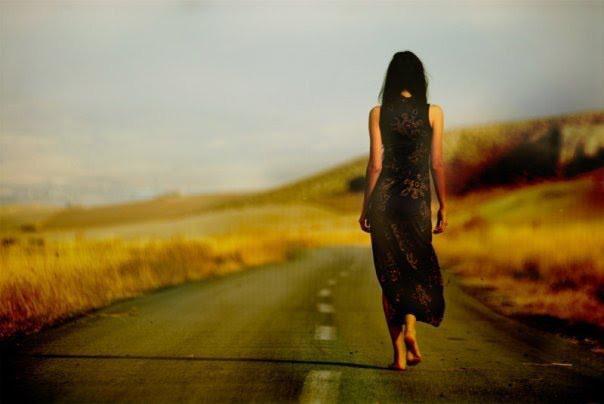 mujer-caminando campo