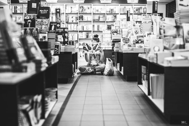chica leyendo en biblioteca