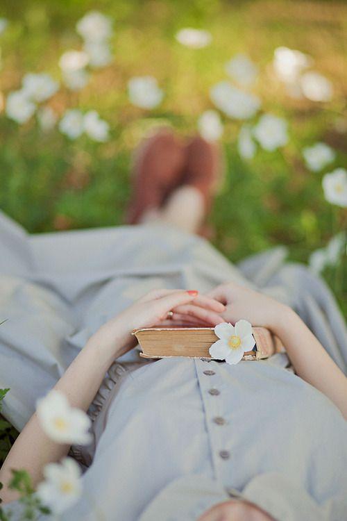 chica con libro y flor