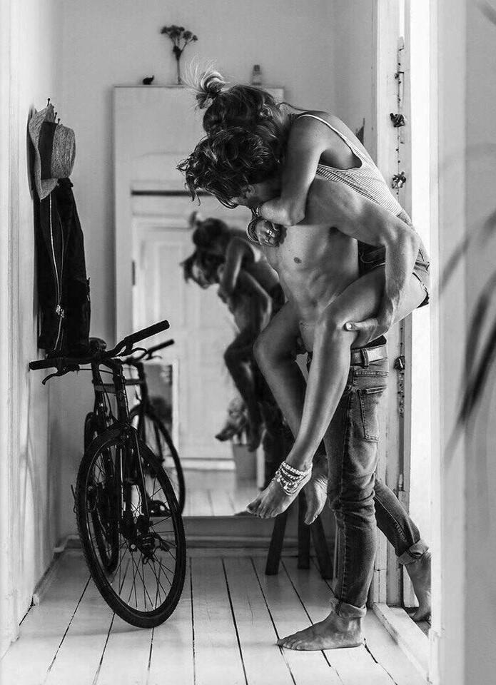 chico llevando a chica en brazos