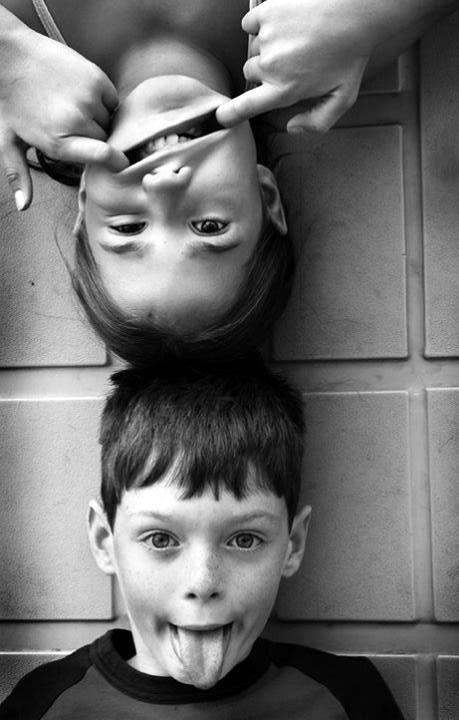 niños haciendo muecas