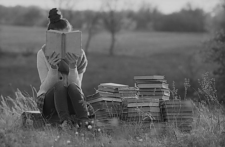 entre libros blanco y negro