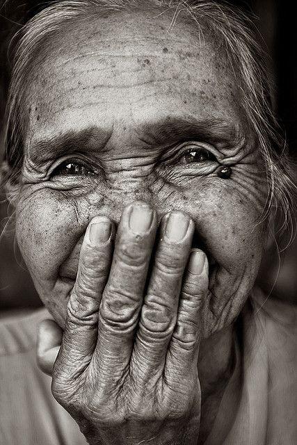 sonrisa mujer tapándose la boca