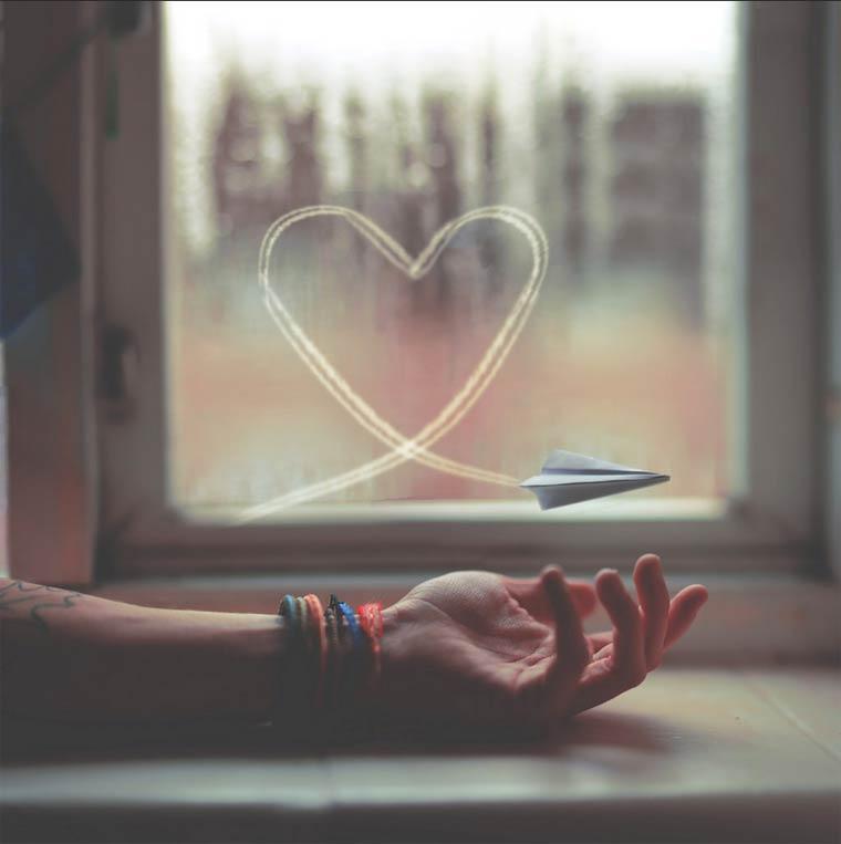 corazón con avión de papel