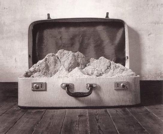 maleta llena de arena