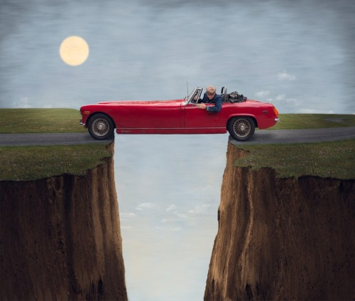 coche atravesando un acantilado. Joel Robinson