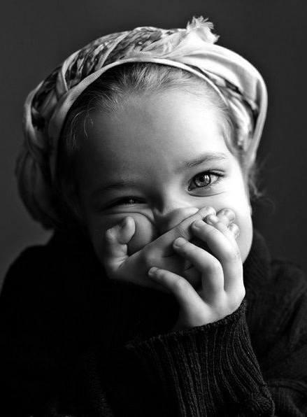 niña tapándose los ojos