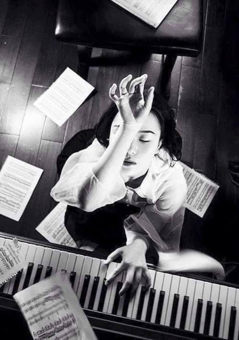 chica en piano