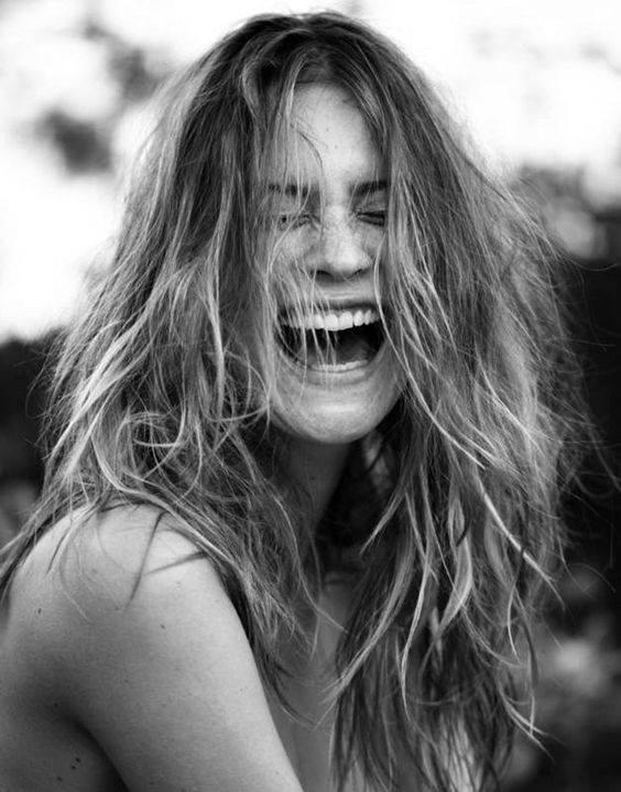 chica sonriendo despeinada