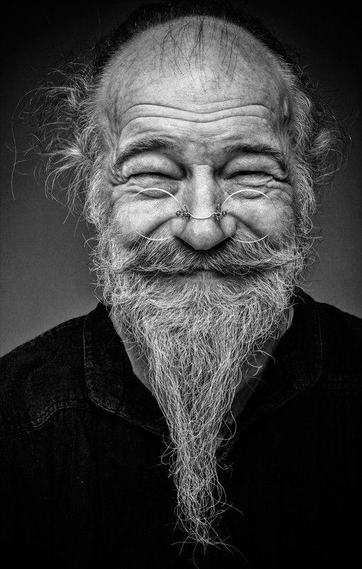 hombre con barba riéndose 1