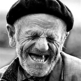 hombre riéndose 2