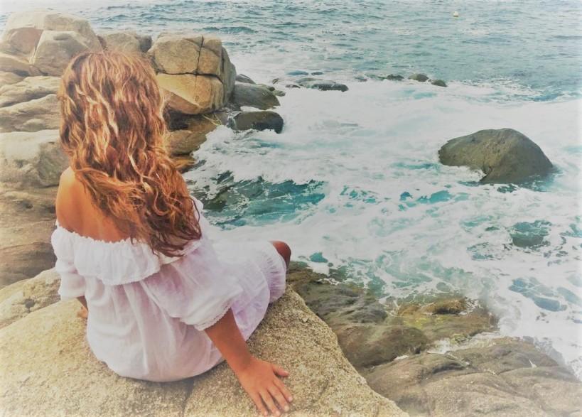 lau mirando al mar