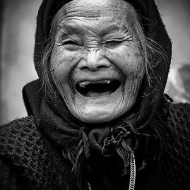 mujer riéndose 2