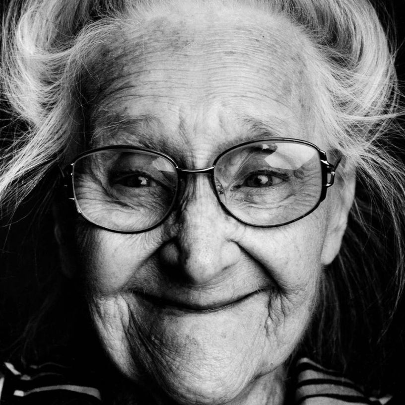 mujer con gafitas