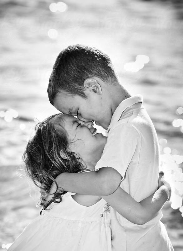 niños besándose riéndo