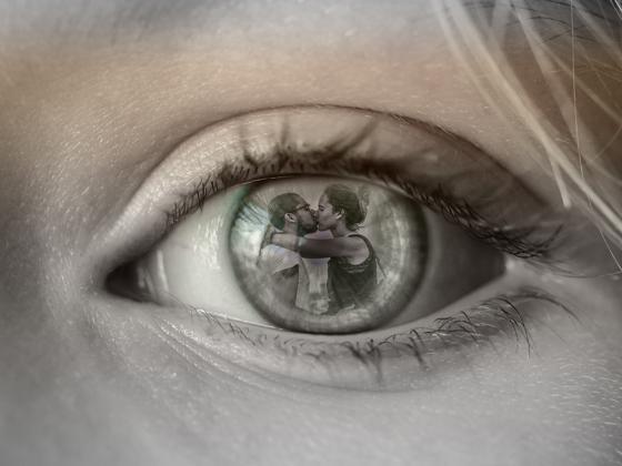 ojos en los que se ve un beso