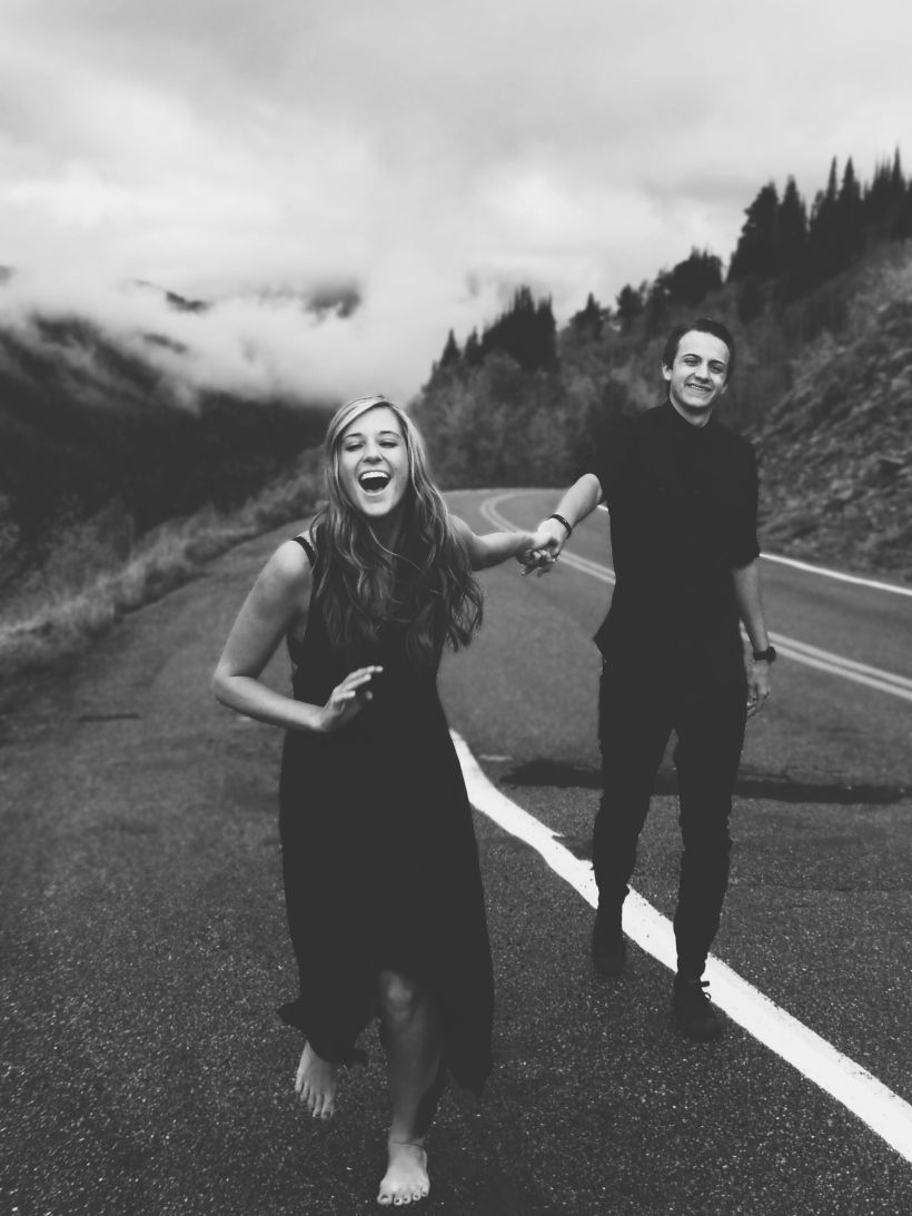 pareja blanco y negro riéndo