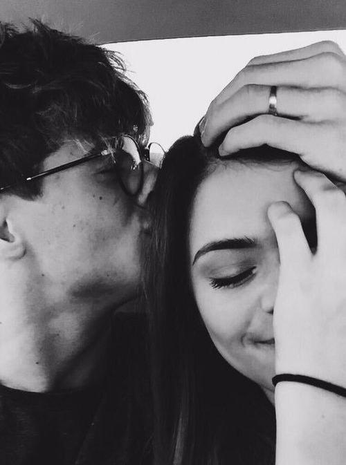 pareja dándose un beso en la cara