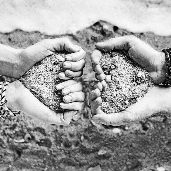 manos con corazones